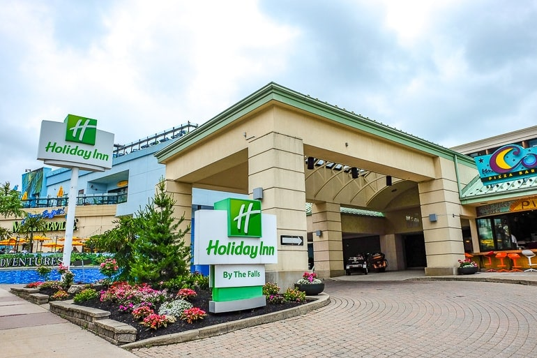 entrance to hotel with green sign where to stay in niagara falls accommodations holiday inn