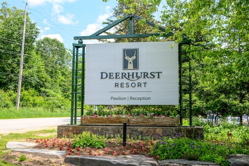 green wooden sign to deerhurst resort in huntsville ontario